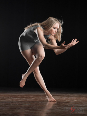 photo of a balletdancer with studiolights