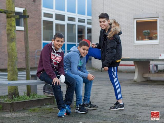 Foto's van jongeren op het schoolplein die chillen.